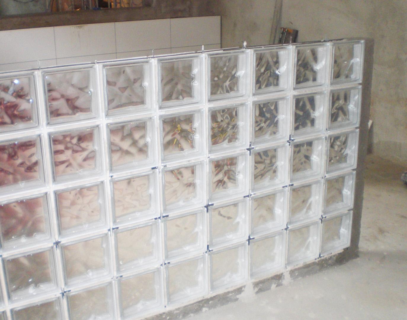 #5D4A40 Blocos De Vidro Ou Box De Tijolo De Vidro Tipos De Box Para Banhei  1374x1080 px Bancada Cozinha Americana Tijolo Vidro #1307 imagens
