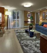 sala decorada com sofá azul 1