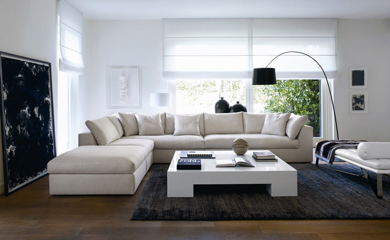 sala decorada com sofa branco